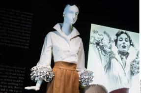 """Exposition Hubert de Givenchy, par la Cité de la Dentelle et de la Mode de Calais..Ensemble de jour composé d'une blouse dite """"Bettina"""" en coton et broderie anglaise et d'une jupe en lin. Reproduction d'après le modèle d'époque. Eté 1952. Collection Givenchy"""