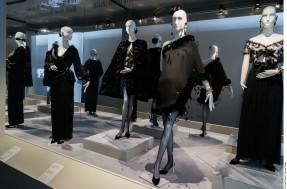 Exposition Hubert de Givenchy, par la Cité de la Dentelle et de la Mode de Calais..Vitrine Le noir, de l'après-midi au soir.