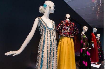 Exposition Hubert de Givenchy, par la Cité de la Dentelle et de la Mode de Calais..Vitrine La couleur dans l'art et la mode.